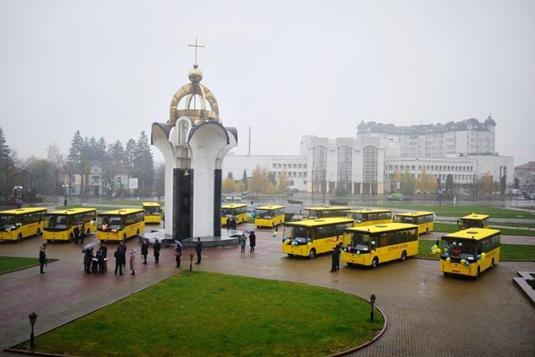 15 новеньких шкільних автобусів «Богдан» будуть перевозити учнів Волинської області