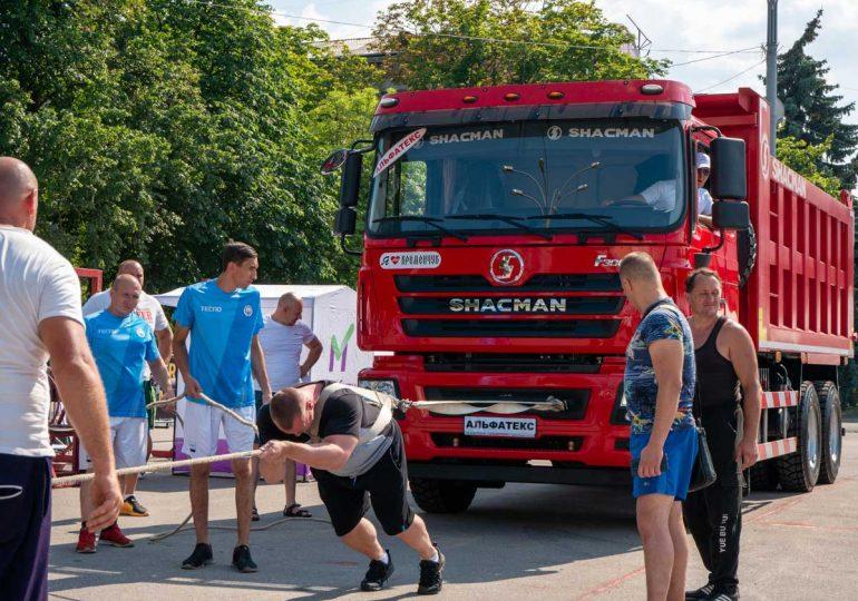 У Кременчуці найсильніші люди України змагалися між собою та мірялися міццю з потужним автомобілем