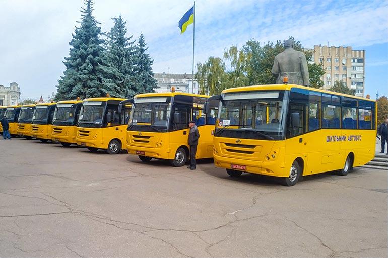 Навчальні заклади Житомирської області отримали 12 шкільних автобусів